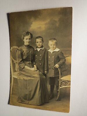 schöne Frau im Kleid & 2 Kinder - Jungen im Matrosen-Anzug / Foto ()