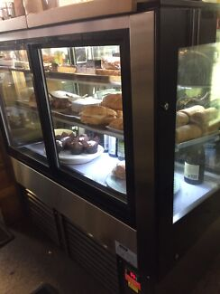 Refrigerated cake cabinet