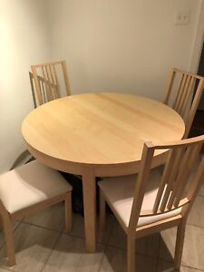 Extendable dining table & chairs / table à manger avec chaises