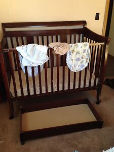 Drop down sided crib