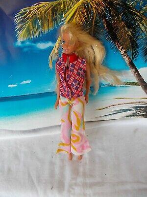 iß-bunter Hose und blau/roten Oberteil, blonde lange Haare (Weiße Und Blaue Haare)