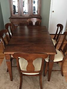 Lazy Boy dining room set with hutch (mint condition)