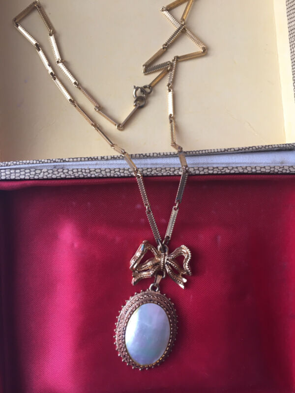 1950s GOLD TONE FLORENZA PENDANT NECKLACE WITH Bow Large Mother Of Pearl Pendant