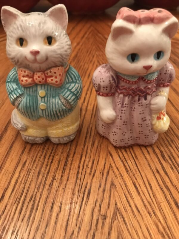 CAT SALT & PEPPER SHAKERS AVON 1992 COUNTRY PURR-FECTION COLLECTIBLE