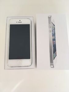 iPhone 5 16gb with 3 cases and armband