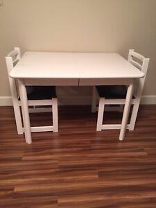 Table de cuisine en bois massif, 4 chaises et 2 rallonges