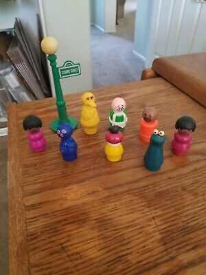 VINTAGE 1970s SESAME STREET FISHER PRICE LITTLE PEOPLE LOT OF 8 & LAMP POST