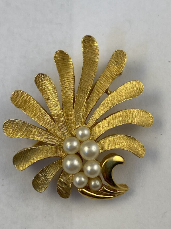 Vintage Gold Tone Faux Pearl Signed TRIFARI Flower Leaves Brooch Pin Jewelry