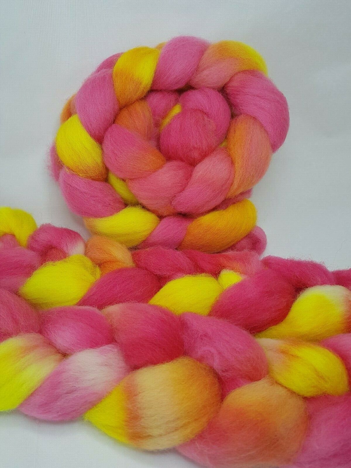 как выглядит Hand dyed Jacob roving, wool top, 100 g, HOT HIBISCUS фото