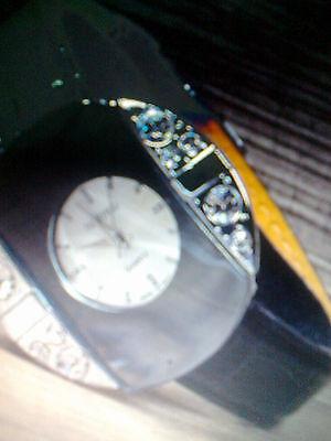 Damen Armbanduhr Silber verspiegelt mit großen Strasssteinen