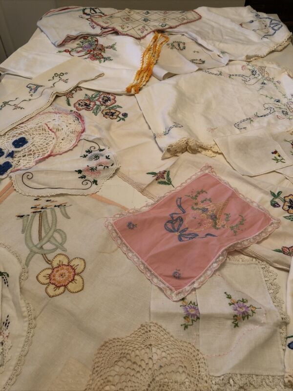 VINTAGE EMBROIDERED LINENS MIXED LOT 28 Pieces Runners Doilies Etc