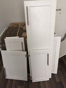 Lot de 14 portes d'armoires de cuisine de grandeur différente