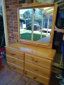 Dressing table / drawers with mirror