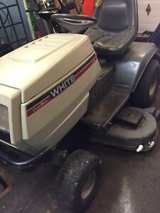 Tracteur  White 18 forces 2 cylindre 46po.decoupe,ramasse herbe