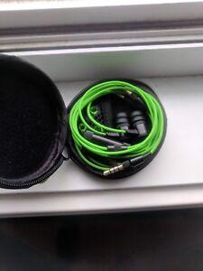 Écouteurs de marque Razer.