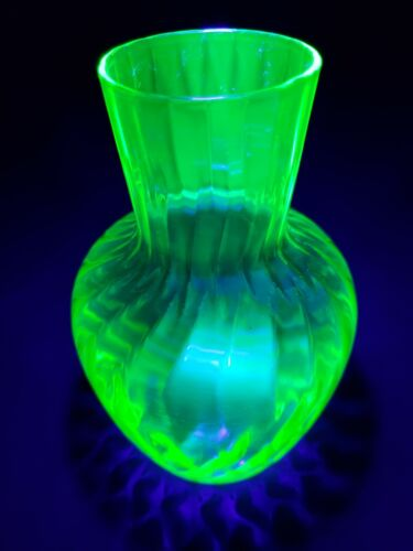 VINTAGE Green Vaseline Uranium Depression Glass vase