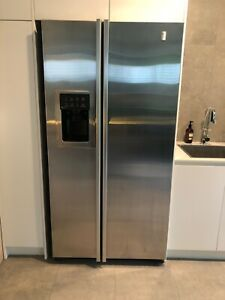 GE fridge freezer with water and ice dispenser.