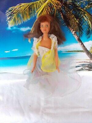 iß-hellblauen Kleid und gelben Oberteil, lange braune Haare (Weiße Und Blaue Haare)
