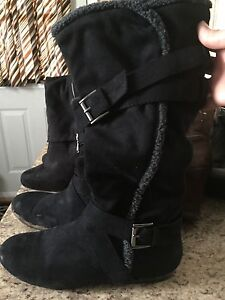 Black boots with small fur detail