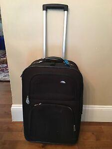 Black expandible Samsonite suitcase with wheels