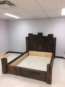 Lit en bois massif style bois de de grange