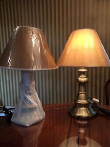 A pair of table lamp