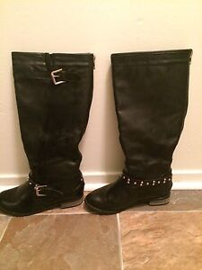 Ladies boots size 9.