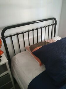 KING SINGLE BLACK METAL BED AMAZING CONDITION