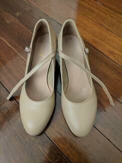 Bloch tan chorus shoes