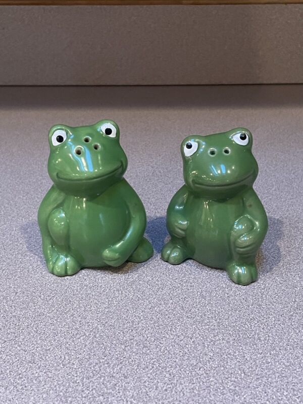 """Collectible vintage salt and pepper shakers green frogs 3"""" tall"""