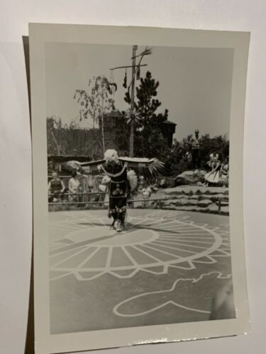RARE 1957 ORIGINAL DISNEYLAND SNAPSHOT PHOTOGRAPH NATIVE AMERICAN DANCE FRONTIER