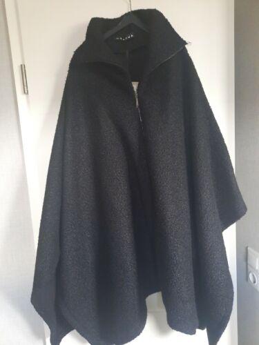 Capua Cape Poncho schwarz One size + Rundholz Bag