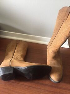 Size 7 leather ariat cowboy boots