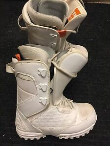 Women's 32 lashed snowboard boots. Size 8