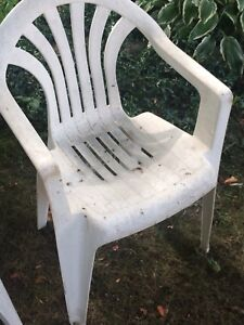 Set of 2 white lawn chairs