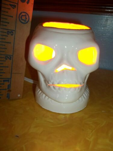 SCARY  WICKED WHITE GLOWING SKULL LAMP Halloween VTG INSPIRED CERAMIC LIGHT