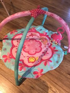 Baby play mat with hanging toy