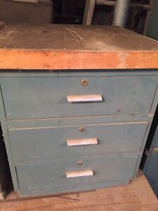 Old vintage solid chest of drawers. Read ad closely