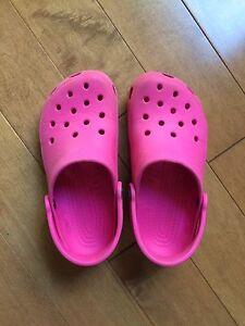 Crocs roses pour fillette