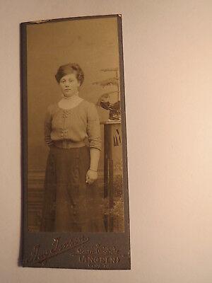 Quern - Dingholz - stehendes Mädchen - junge Frau im Kleid - Kulisse / CDV