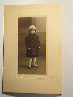 Oberhausen Rheinland - stehendes Kind - Mädchen in Winter-Kleidung - Mütze / KAB
