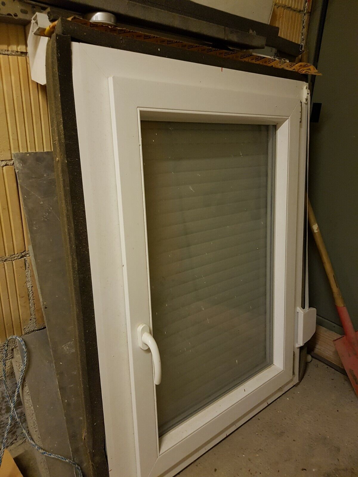 Fenster aus Kunststoff mit Rolladen, weiß, 880mm breit, 1180mm hoch