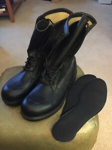 Army Combat boots ( never worn)