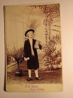 Higher Walton - Junge in Kostüm mit Karton Quaker Rolled - Kulisse / KAB - Kostüm Mit Karton