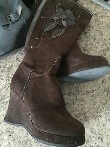 Size 6.5 ladies Brown boot with flower detail
