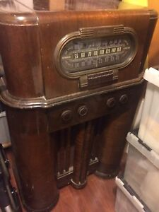 RCA Victor Vintage Antique Radio in excellent shape. Works too!