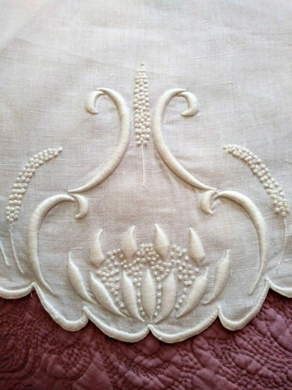 """Elegant Art Nouveau Puffy Water Lily Design Embroidered Linen Tablecloth 33"""" Rd"""