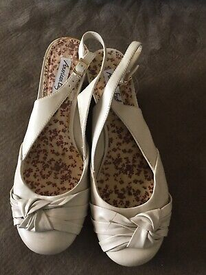 AMERICAN EAGLE Size 9.5 Wedge Heels Shoe Slingback Ivory Close Toe Twist Front