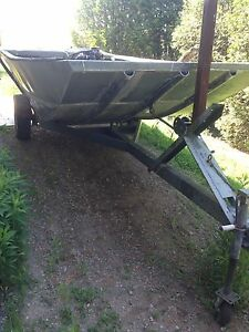 Flat bottom aluminum boat