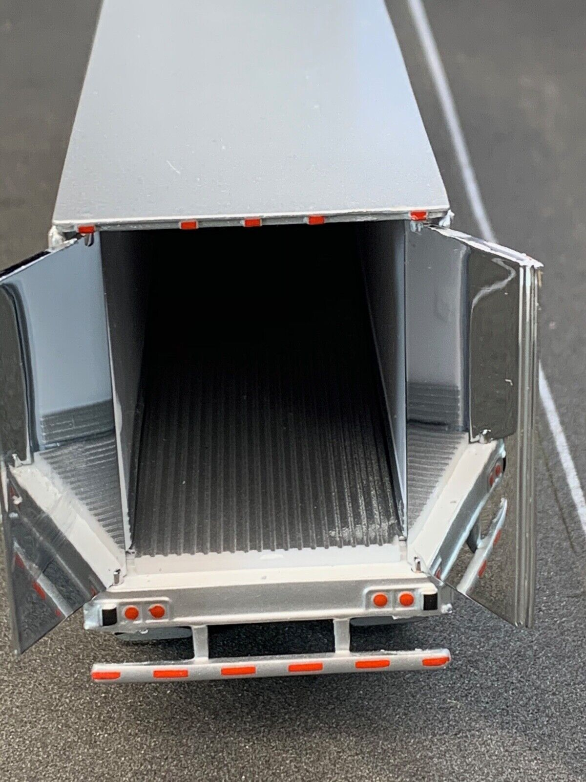 1/64 DCP WHITE 53' UTILITY 3000R W/ CARRIER REEFER UNIT 2